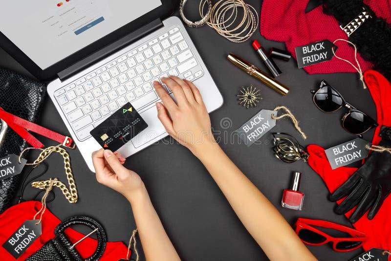 Parte do corpo de compradores do cliente fêmeas com o cartão do débito-crédito que vai datilografar os detalhes de cartão de créd foto de stock