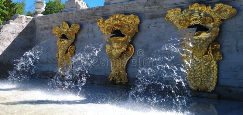 Parte do ` da montanha do ouro do ` da cascata de Marlinsky em Petrodvorets Os volume de água das cabeças dos três monstro de mar fotos de stock
