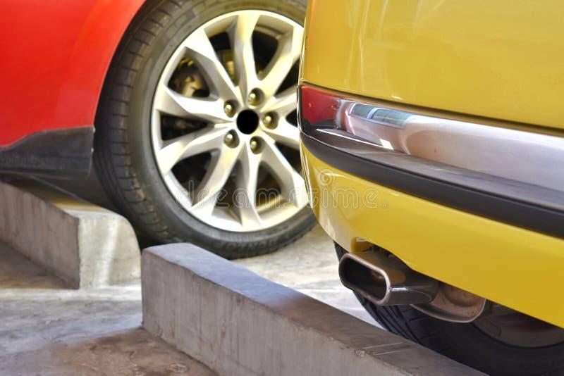 A parte do fundo do automóvel consiste principalmente na tubulação de exaustão, roda de carro, amortecedor traseiro fotografia de stock