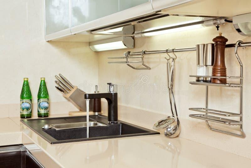 Parte do interior moderno da cozinha com dissipador imagens de stock