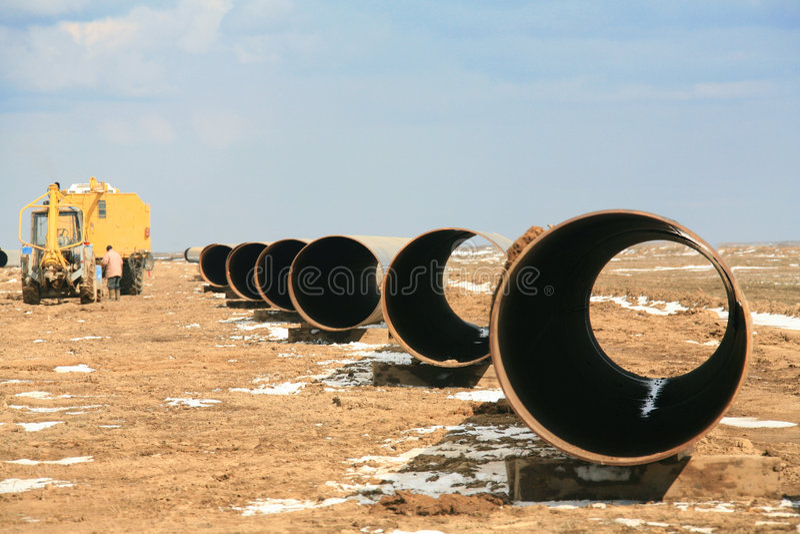 Parte do petróleo da tubulação no estepe Kazakhstan fotos de stock