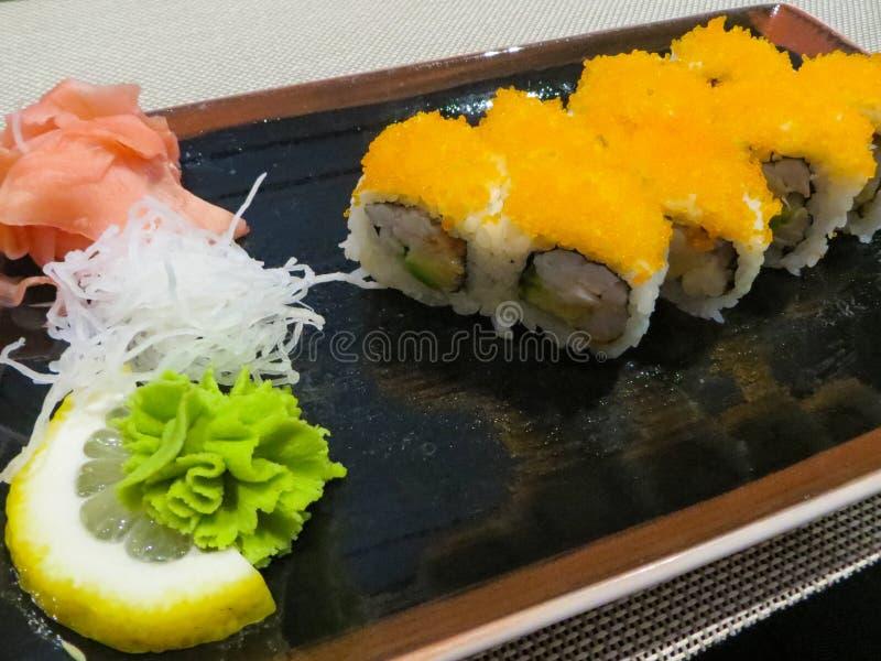 Parte do rolo de sushi com gengibre, rabanete e wasabi foto de stock