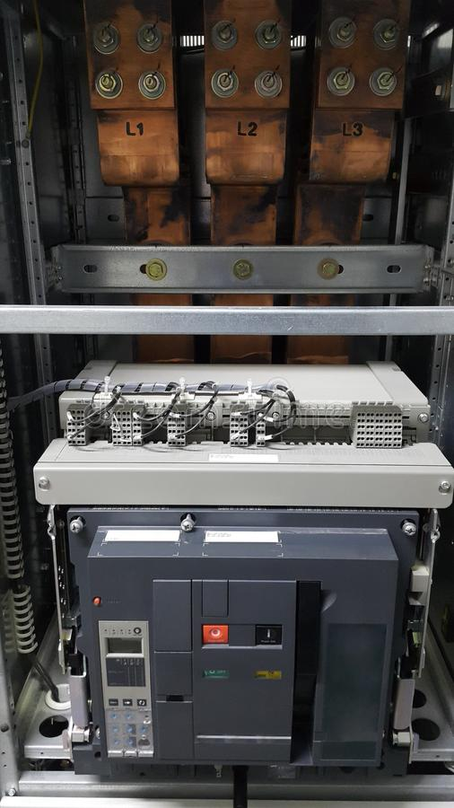 Parte e acessórios bondes no armário de controle, no distribuidor do controle e do poder, no interruptor do ar e na barra princip foto de stock