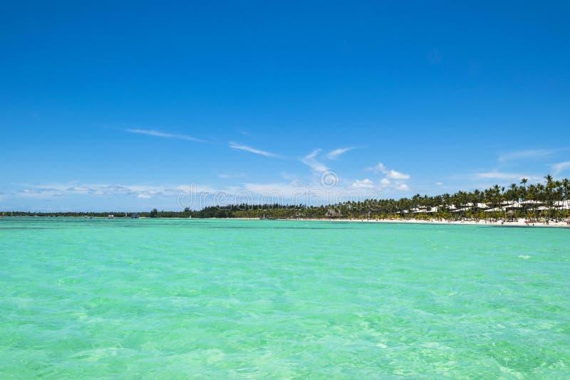 Parte ecuatorial del océano con agua de la turquesa, isla tropical fotografía de archivo