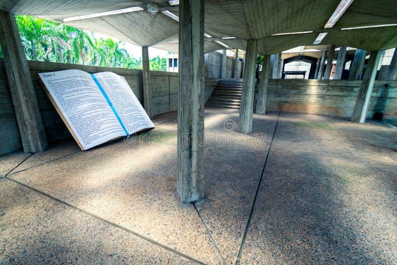 Parte enorme della sezione della bibbia messa come monumento in cortile della La Altagracia Church della basilica in Higuey, Repu fotografie stock