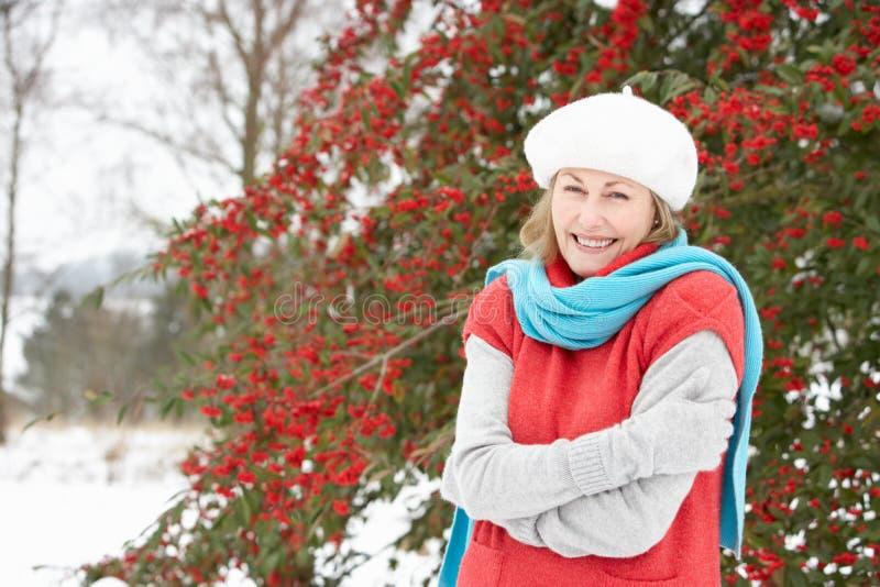 Parte esterna diritta della donna maggiore nel paesaggio dello Snowy fotografia stock libera da diritti