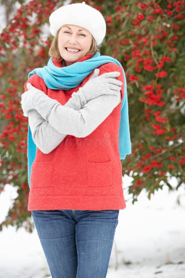 Parte esterna diritta della donna maggiore nel paesaggio dello Snowy fotografie stock libere da diritti