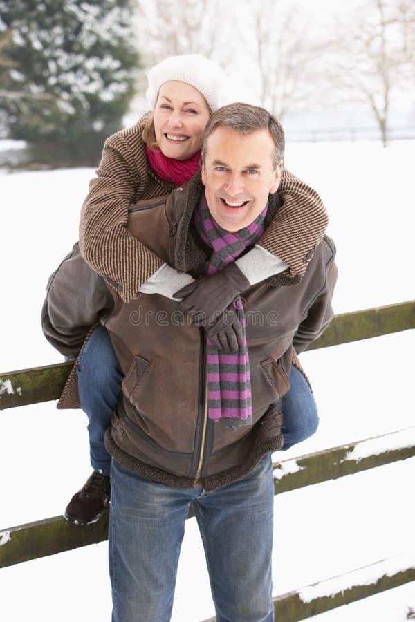 Parte esterna diritta delle coppie maggiori nel paesaggio dello Snowy fotografia stock libera da diritti