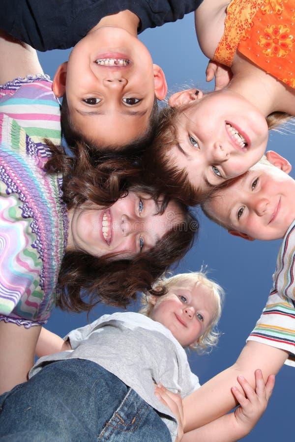 Parte esterna sorridente felice dei ragazzini che ha divertimento immagine stock libera da diritti