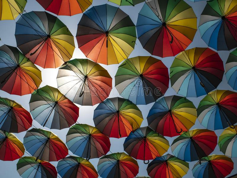 Parte externa colorida dos guarda-chuvas como a decora??o guarda-chuvas de cores diferentes contra o c?u e o sol foto de stock royalty free