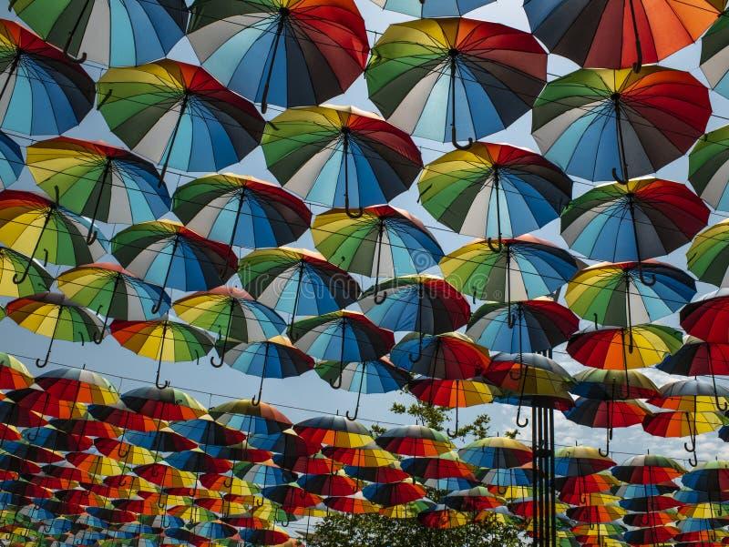 Parte externa colorida dos guarda-chuvas como a decora??o guarda-chuvas de cores diferentes contra o c?u e o sol fotos de stock royalty free