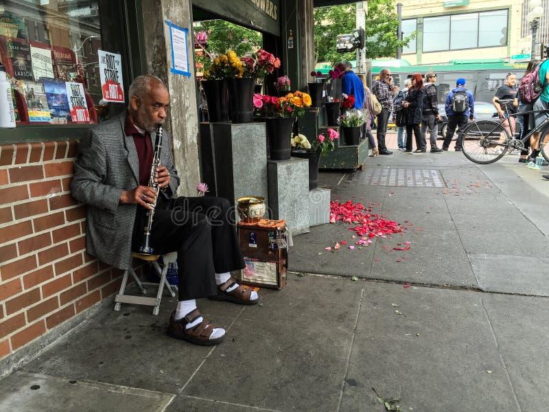 Parte externa do jogador 2 do clarinete um florista perto do mercado de lugar de Pike, Seattle fotos de stock