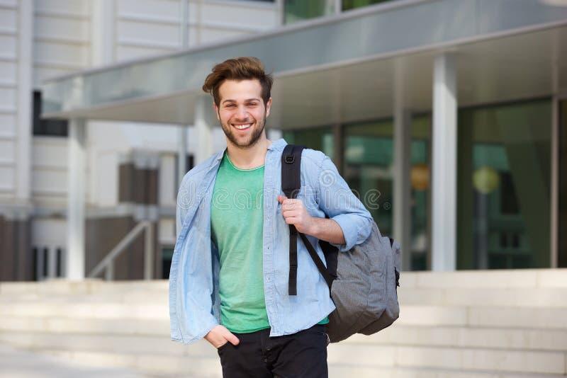 Parte externa ereta da estudante universitário alegre com parte traseira fotos de stock