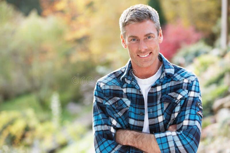 Parte externa ereta do homem na paisagem do outono fotografia de stock royalty free