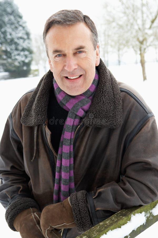Parte externa ereta do homem sênior na paisagem da neve imagem de stock royalty free