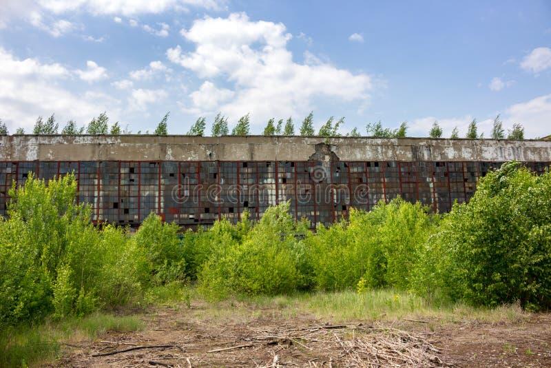 A parte externa velha abandonada da construção da fábrica imagem de stock