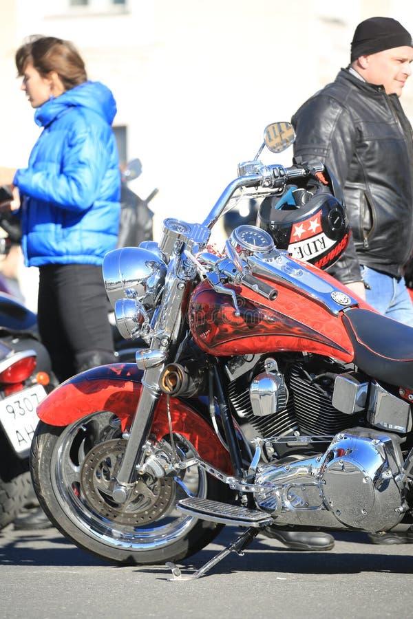 Parte frontale di motociclo su ordinazione rosso Harley-Davidson un giorno soleggiato fotografia stock libera da diritti