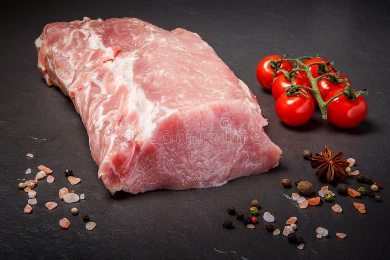 parte grande de carne crua servida com especiarias e cereja dos tomates imagens de stock royalty free