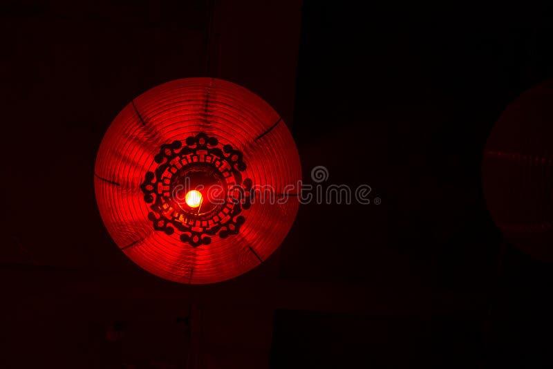 Parte inferior da lanterna de papel do vermelho do estilo chinês isolada no fundo escuro fotos de stock royalty free