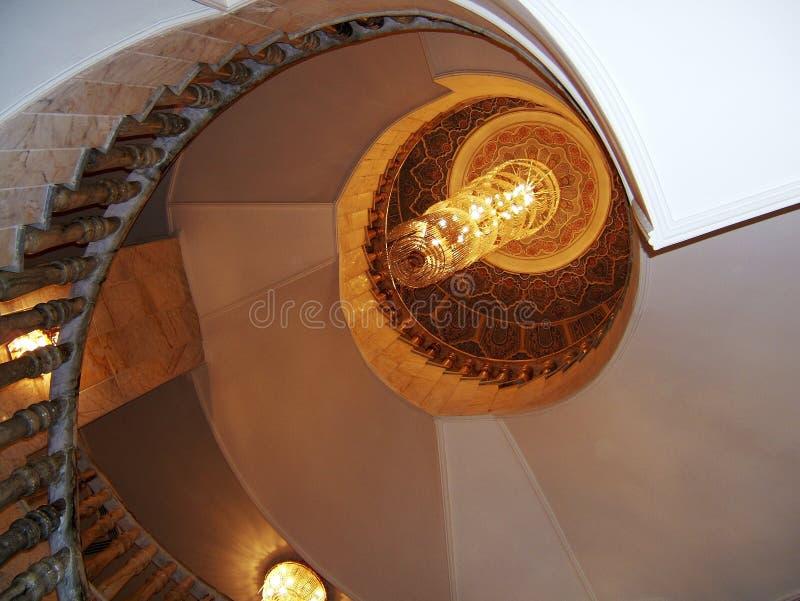 Parte inferior de la visión para arriba en escalera de lujo hermosa con las verjas de madera imágenes de archivo libres de regalías