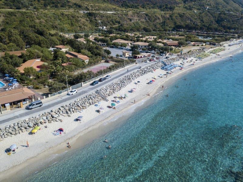 Parte inferior de mar vista de cima de, praia de Zambrone, Calabria, Itália Silhueta do homem de negócio Cowering imagens de stock royalty free