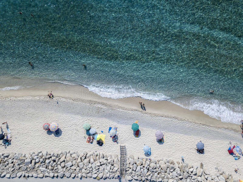 Parte inferior de mar vista desde arriba, playa de Zambrone, Calabria, Italia Silueta del hombre de negocios Cowering imágenes de archivo libres de regalías