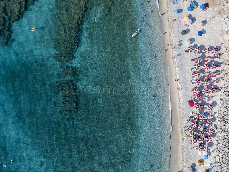 Parte inferior de mar vista desde arriba, playa de Zambrone, Calabria, Italia Silueta del hombre de negocios Cowering foto de archivo libre de regalías