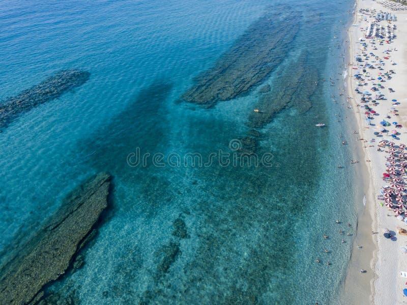 Parte inferior de mar vista desde arriba, playa de Zambrone, Calabria, Italia Silueta del hombre de negocios Cowering fotos de archivo