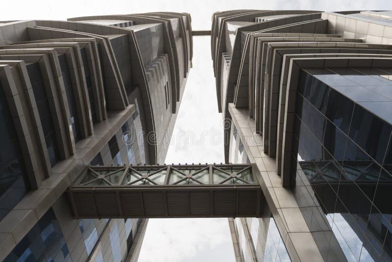 Parte inferior del cielo de la arquitectura del edificio foto de archivo