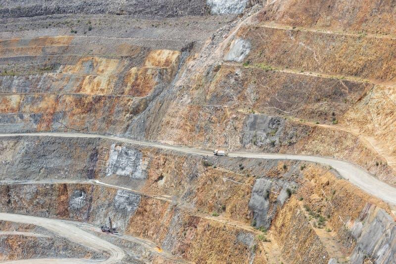 Parte inferior do poço aberto e da maquinaria de uma mina de ouro martha em Waihi, fotos de stock