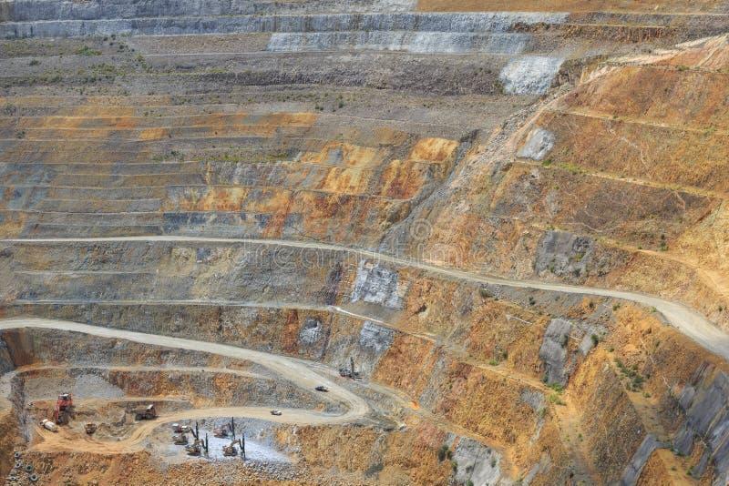 Parte inferior do poço aberto e da maquinaria de uma mina de ouro martha em Waihi, fotografia de stock