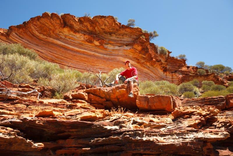 Parte inferior que se sienta del hombre de la roca acodada colorida imágenes de archivo libres de regalías