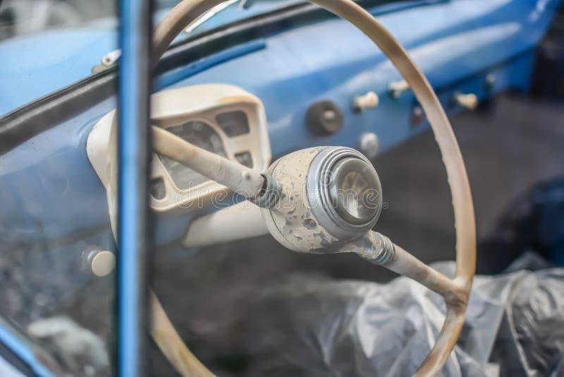 Parte laterale di vecchia automobile blu luminosa fotografia stock