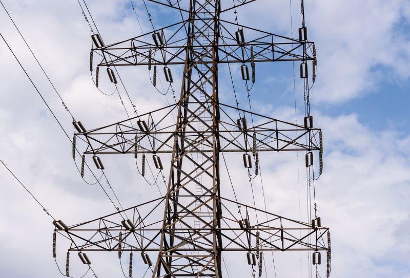 Parte media de la torre eléctrica de alto voltaje foto de archivo