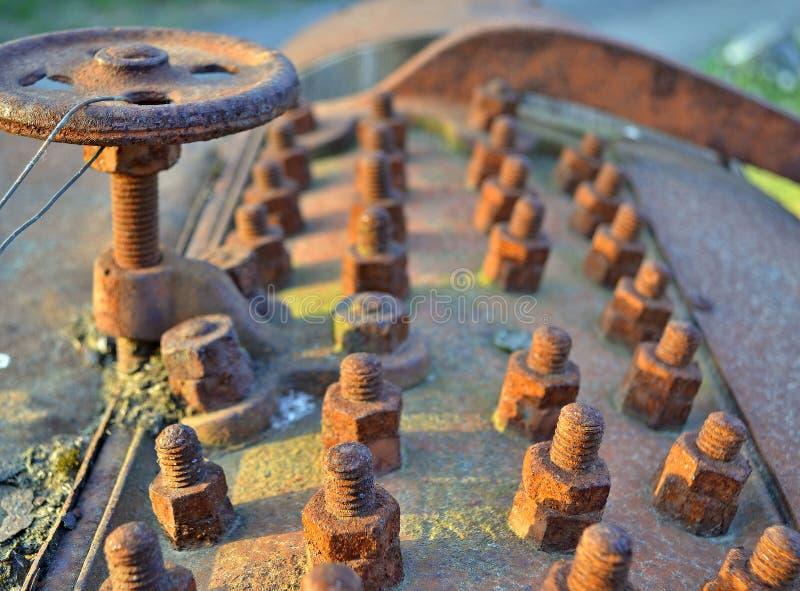 Parte metallica invecchiata e sporca del modello arrugginito dei bulloni - immagine stock libera da diritti