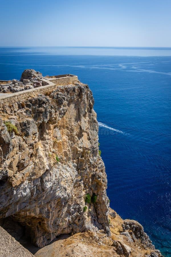 Parte pequena da acrópole antiga de Lindos acima do recife alto na ilha do Rodes fotografia de stock royalty free
