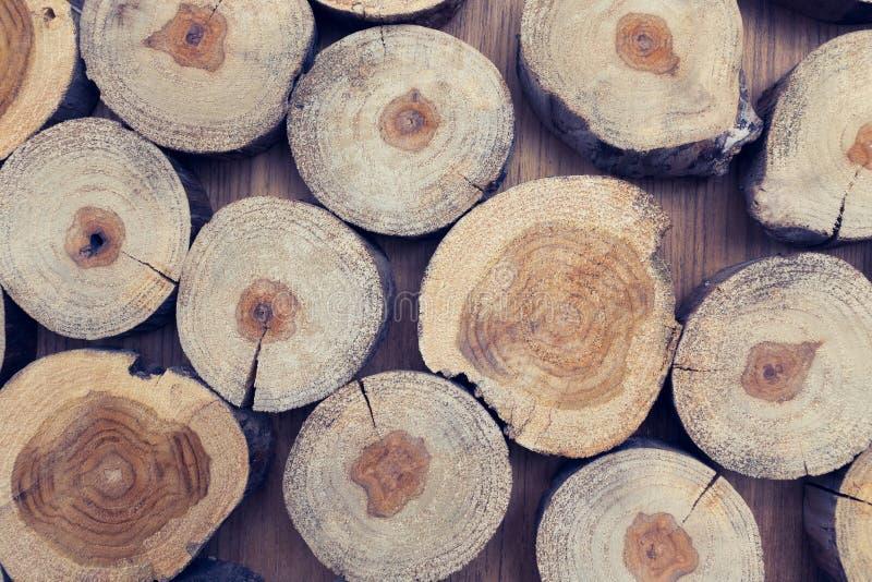 A parte pequena de logs da madeira usados para o projeto decorou o interior foto de stock royalty free