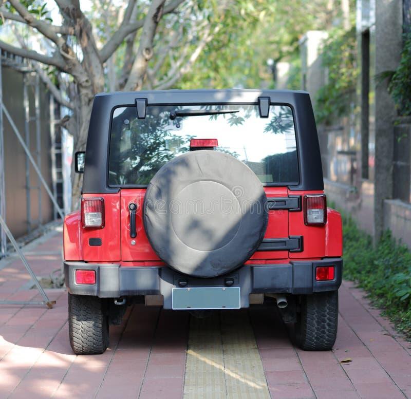 Parte posterior campo a través roja del vehículo imagen de archivo