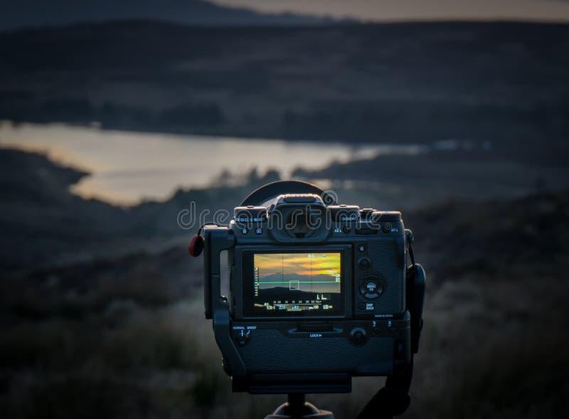 Parte posterior de la cámara de Fuji XT-2 Mirrorless y del apretón de la batería que toman imagen fotografía de archivo libre de regalías
