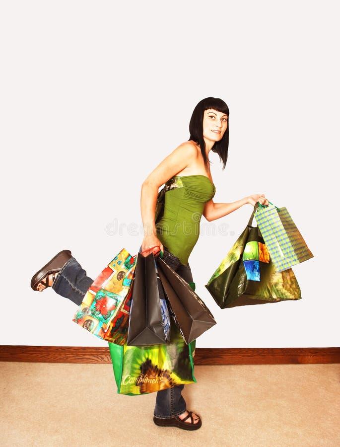 Parte posterior de la muchacha de compras. fotografía de archivo