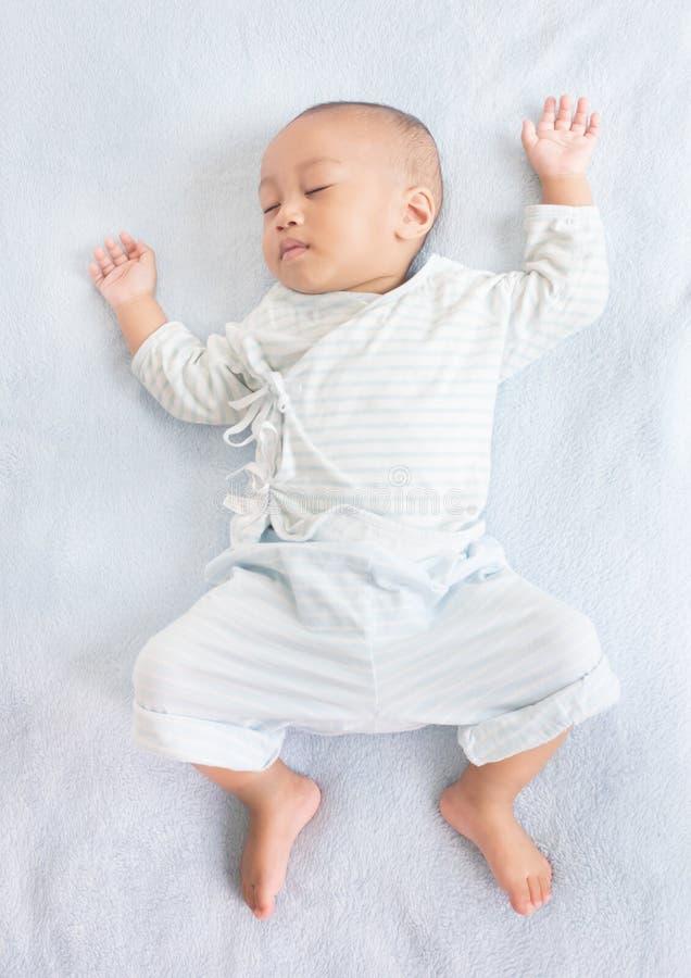 Parte posterior del bebé el dormir encendido imagen de archivo
