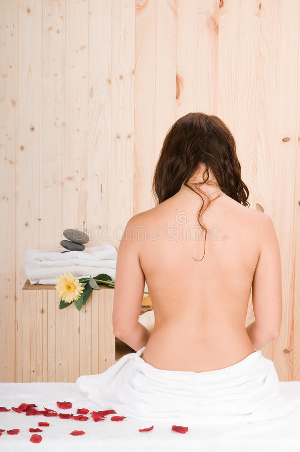 Parte posterior hermosa de la mujer en una sauna o un masaje imagenes de archivo