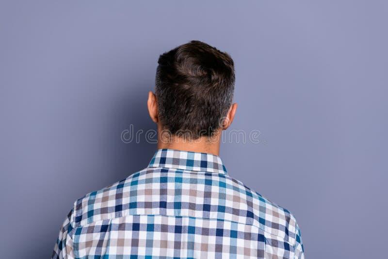 Parte posteriore posteriore del primo piano dietro il ritratto di vista del suo lui tipo ben curato attraente attraente che porta immagine stock libera da diritti