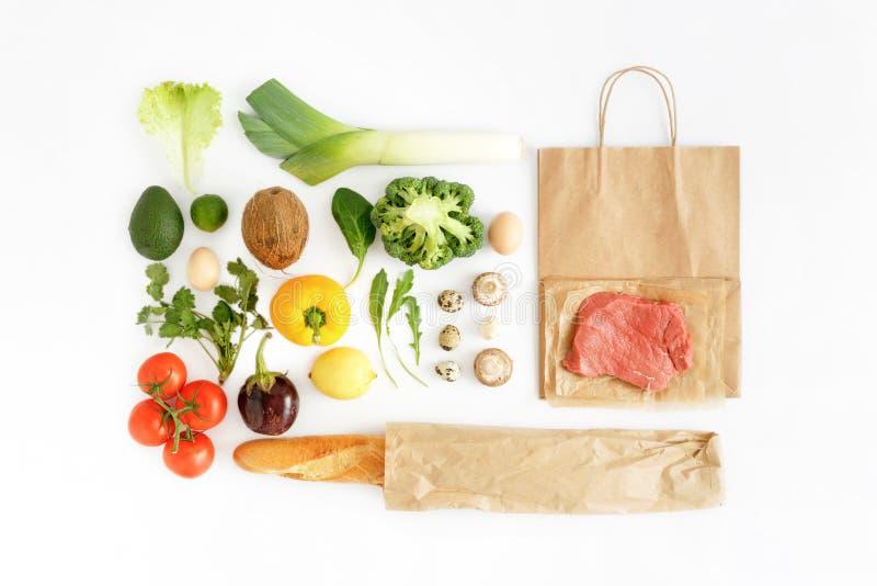 Parte posteriore sana di cibo del sacco di carta del fondo bianco sano completo dell'alimento immagini stock