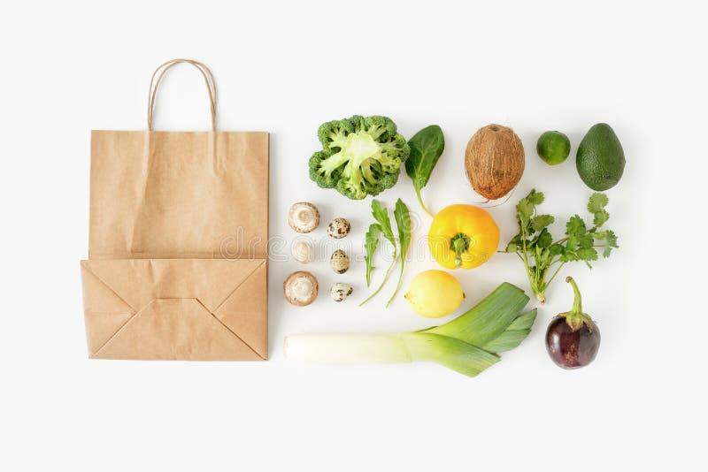 Parte posteriore sana di cibo del sacco di carta del fondo bianco sano completo dell'alimento immagine stock