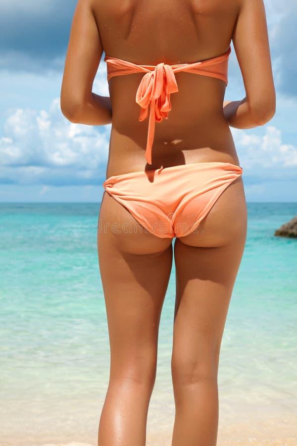 Parte posteriore sexy sulla spiaggia fotografia stock libera da diritti