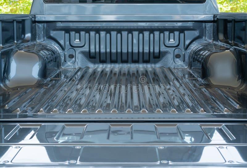 Parte posteriore vuota aperta del camioncino: camion posteriore d'argento sul fondo delle foglie verdi fotografie stock