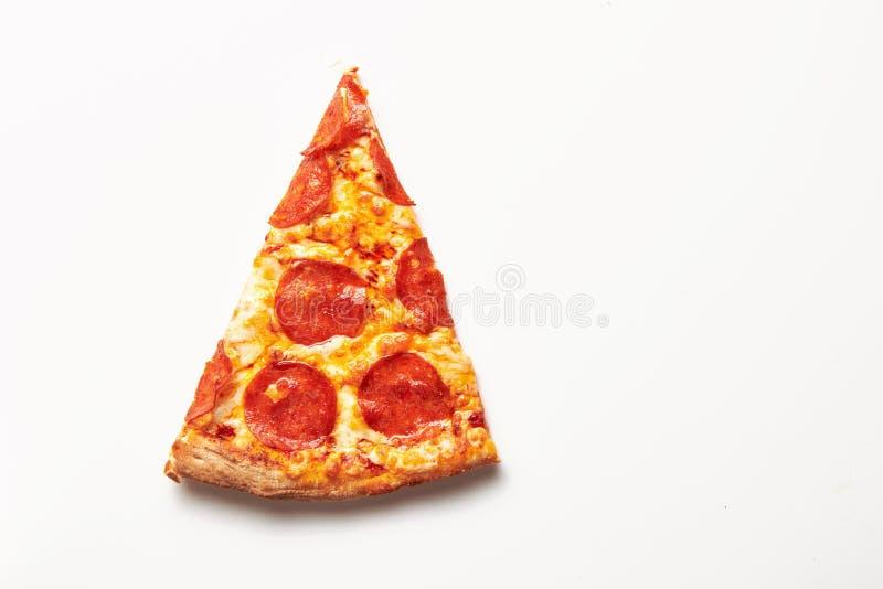 Parte quadrada de pizza de Pepperoni na tabela branca imagens de stock