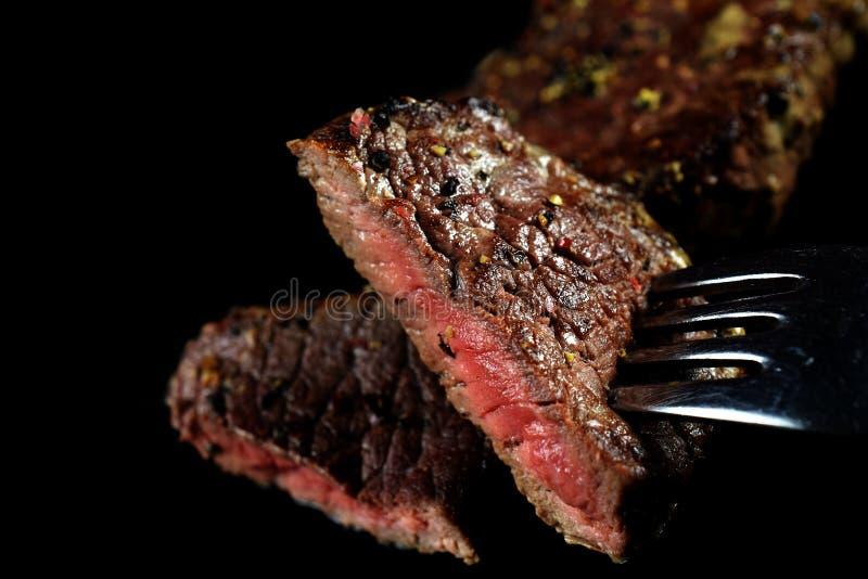 Parte rara média do bife em uma forquilha fotografia de stock