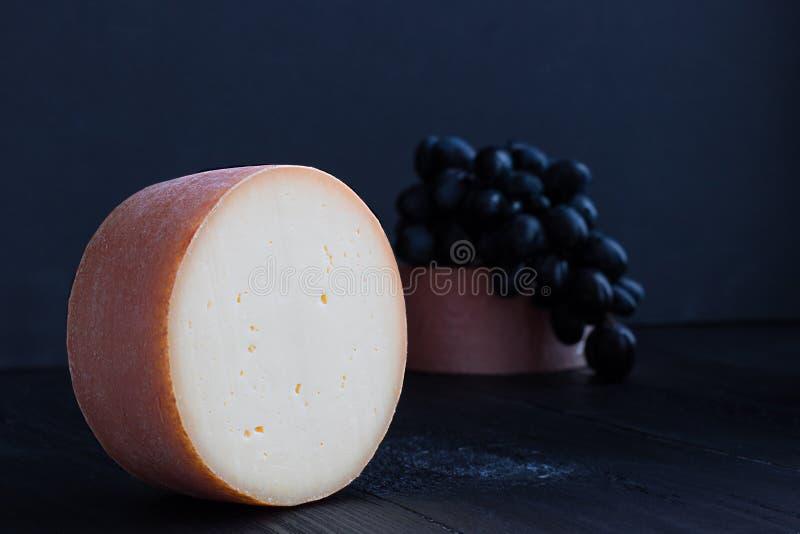 Parte redonda de queijo de tete de moine de Suíça imagem de stock